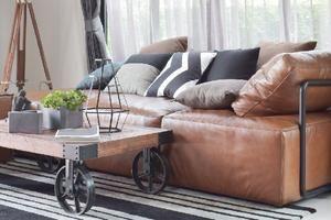 Como destacar o sofá de couro na decoração
